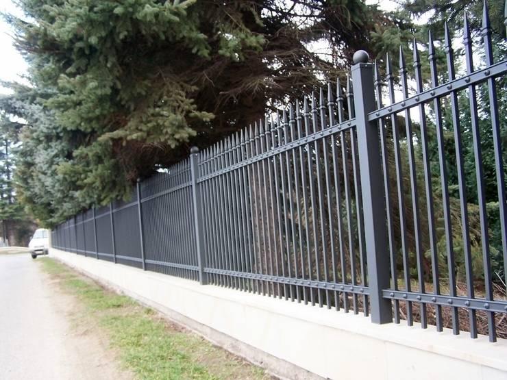 Nowoczesny wzór ogrodzenia Firmy SOLMET: styl , w kategorii  zaprojektowany przez SOLMET PUH  Import-Eksport