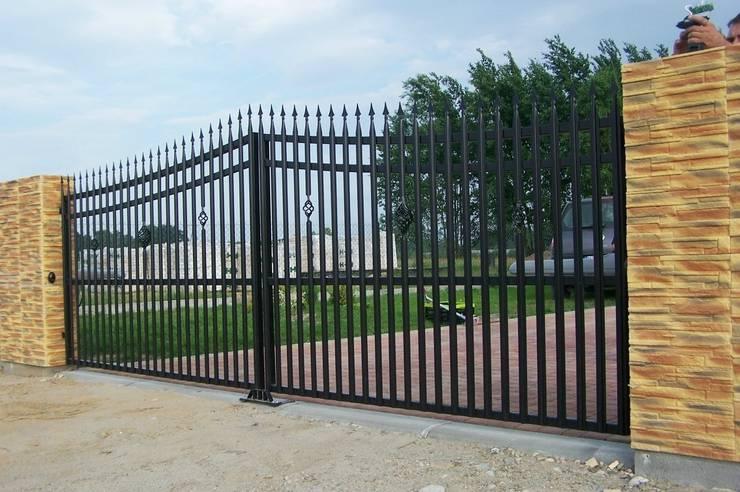 Brama wykonana na bazie sztachetek metalowych , wzór SVPg: styl , w kategorii  zaprojektowany przez SOLMET PUH  Import-Eksport