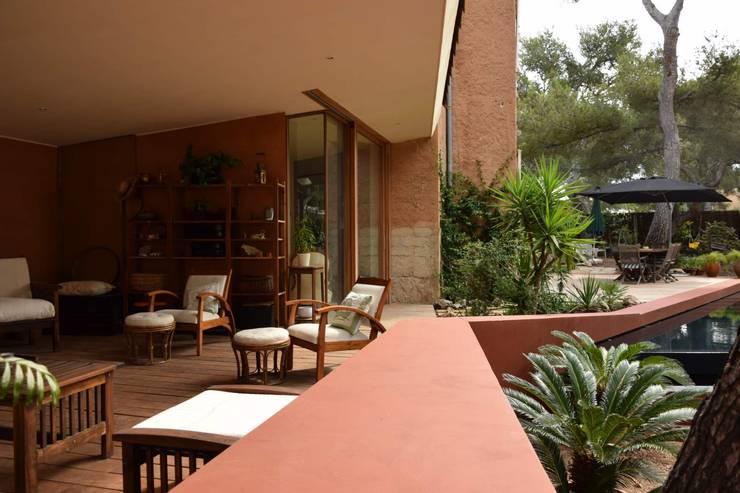 Le séjour extérieur couvert: Terrasse de style  par Grégory Cugnet ARCHITECTE