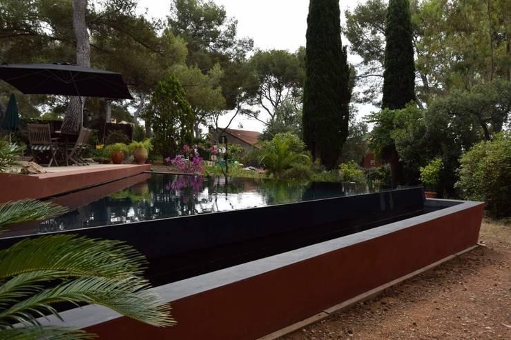 La piscine à débordement: Piscines  de style  par Grégory Cugnet ARCHITECTE