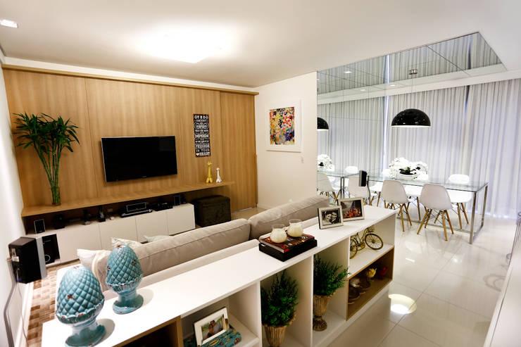 Apartamento AR- Joinville/SC – Estúdio Kza Arquitetura e Interiores: Salas de estar  por Estúdio Kza Arquitetura e Interiores