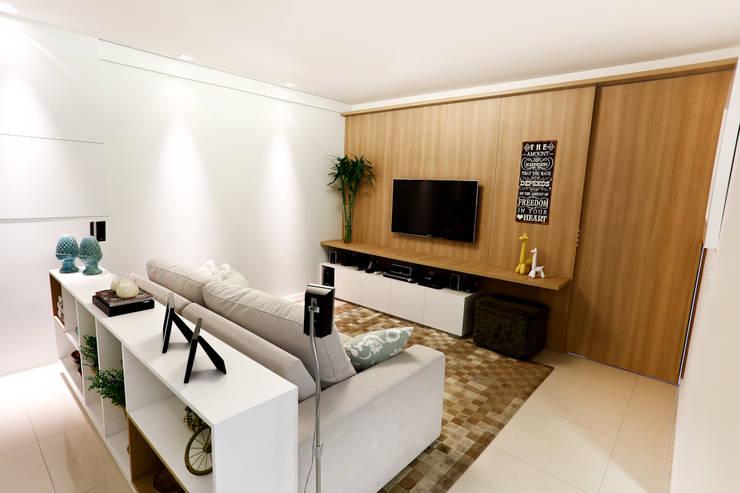 Apartamento AR- Joinville/SC – Estúdio Kza Arquitetura e Interiores: Salas multimídia  por Estúdio Kza Arquitetura e Interiores