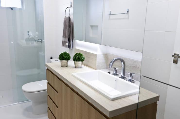 Apartamento AR- Joinville/SC – Estúdio Kza Arquitetura e Interiores: Banheiros  por Estúdio Kza Arquitetura e Interiores