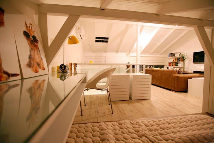 Sótão EL- Joinville/SC – Estúdio Kza Arquitetura e Interiores: Salas de estar  por Estúdio Kza Arquitetura e Interiores,Moderno