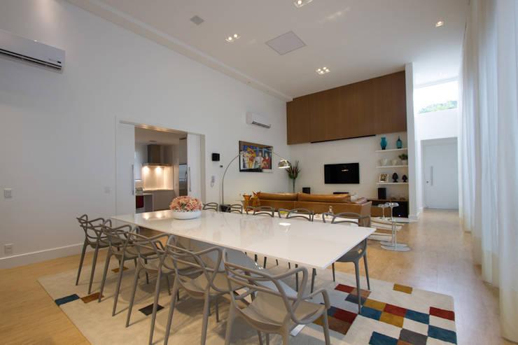Casa AM – Joinville/SC – Estúdio Kza Arquitetura e Interiores: Salas de jantar  por Estúdio Kza Arquitetura e Interiores