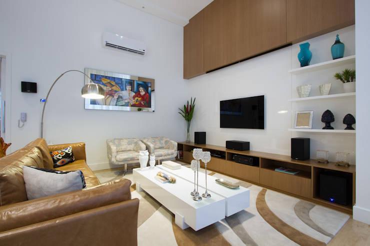 Casa AM – Joinville/SC – Estúdio Kza Arquitetura e Interiores: Salas multimídia  por Estúdio Kza Arquitetura e Interiores