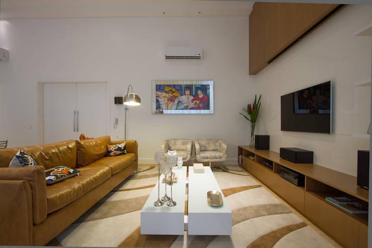 Casa AM – Joinville/SC – Estúdio Kza Arquitetura e Interiores: Salas de estar  por Estúdio Kza Arquitetura e Interiores,Moderno