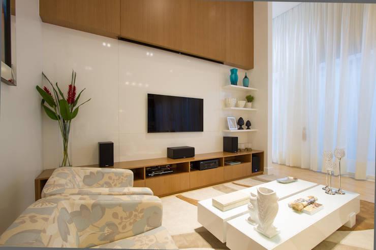 Casa AM – Joinville/SC – Estúdio Kza Arquitetura e Interiores: Salas de estar  por Estúdio Kza Arquitetura e Interiores