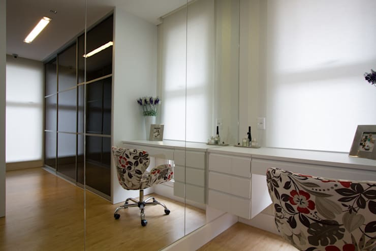 Casa AM - Joinville/SC – Estúdio Kza Arquitetura e Interiores: Closets  por Estúdio Kza Arquitetura e Interiores