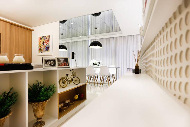 Apartamento AR- Joinville/SC – Estúdio Kza Arquitetura e Interiores: Corredores e halls de entrada  por Estúdio Kza Arquitetura e Interiores