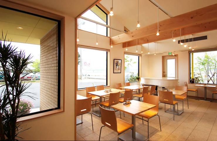 喫茶室 吹き抜け南側を見る。: 氏原求建築設計工房が手掛けたオフィス&店です。,