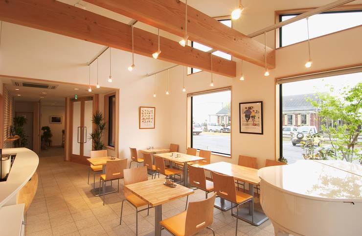 喫茶室 吹き抜け、入り口側を見る。: 氏原求建築設計工房が手掛けたオフィス&店です。,