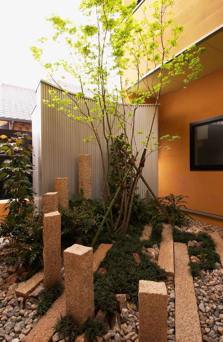 店舗2方向から見える中庭: 氏原求建築設計工房が手掛けたオフィス&店です。,