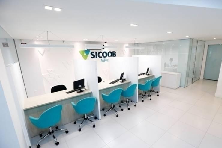Agência Sicoob Adv - Joinville/SC – Estúdio Kza Arquitetura e Interiores: Lojas e imóveis comerciais  por Estúdio Kza Arquitetura e Interiores,