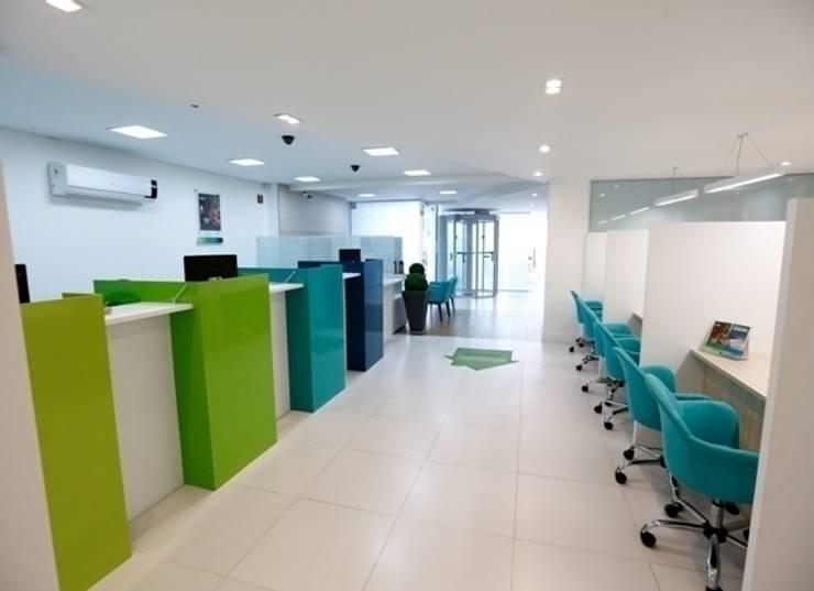 Agência Sicoob Adv – Joinville/SC – Estúdio Kza Arquitetura e Interiores: Lojas e imóveis comerciais  por Estúdio Kza Arquitetura e Interiores,
