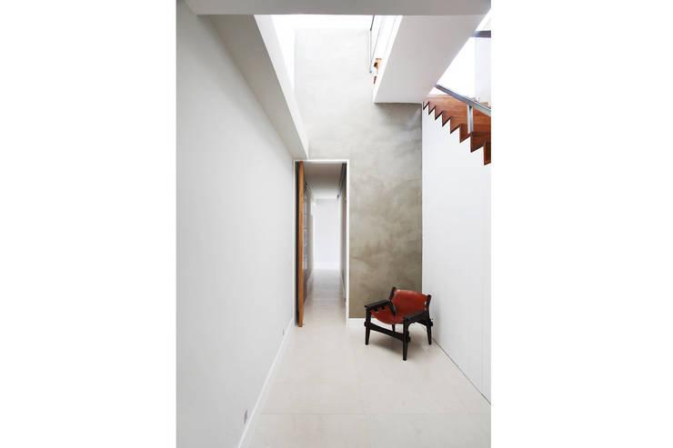 Residência Santiago: Corredores e halls de entrada  por Lattoog,Minimalista