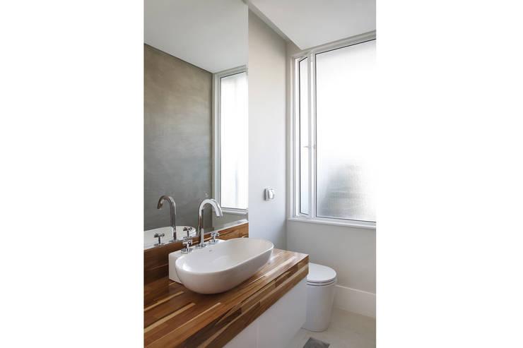Residência Santiago: Banheiros  por Lattoog,Minimalista