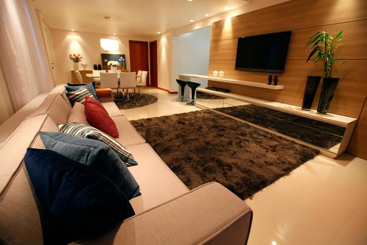 Casa AS- Joinville/SC – Estúdio Kza Arquitetura e Interiores: Salas multimídia  por Estúdio Kza Arquitetura e Interiores,Moderno