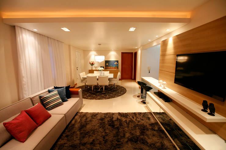 Casa AS- Joinville/SC – Estúdio Kza Arquitetura e Interiores: Salas de estar  por Estúdio Kza Arquitetura e Interiores,Moderno