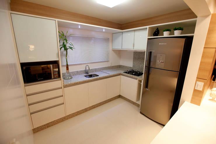 Casa AS- Joinville/SC – Estúdio Kza Arquitetura e Interiores: Cozinhas  por Estúdio Kza Arquitetura e Interiores,Moderno