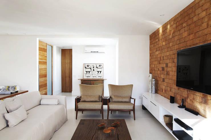 Residência Santiago: Salas de estar  por Lattoog,Minimalista