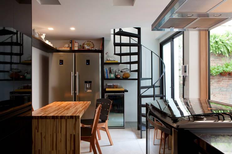 Casa de Vila: Cozinhas modernas por CSDA Arquitetura e Interiores