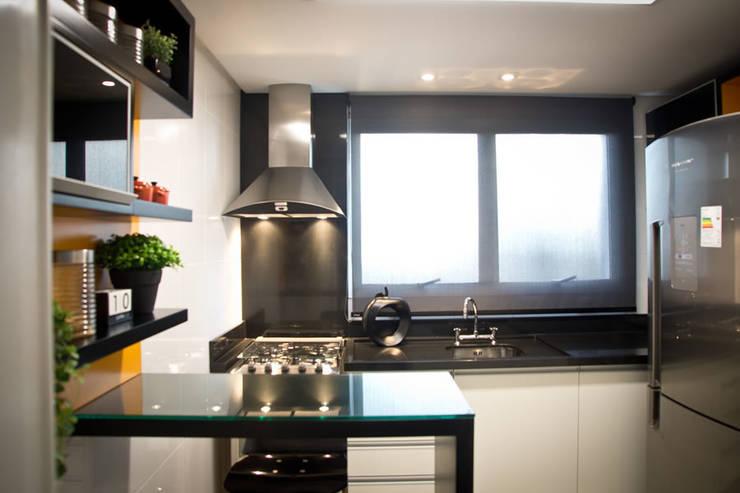 Cozinha Preta, Branca e Laranja: Cozinhas  por INOVA Arquitetura,
