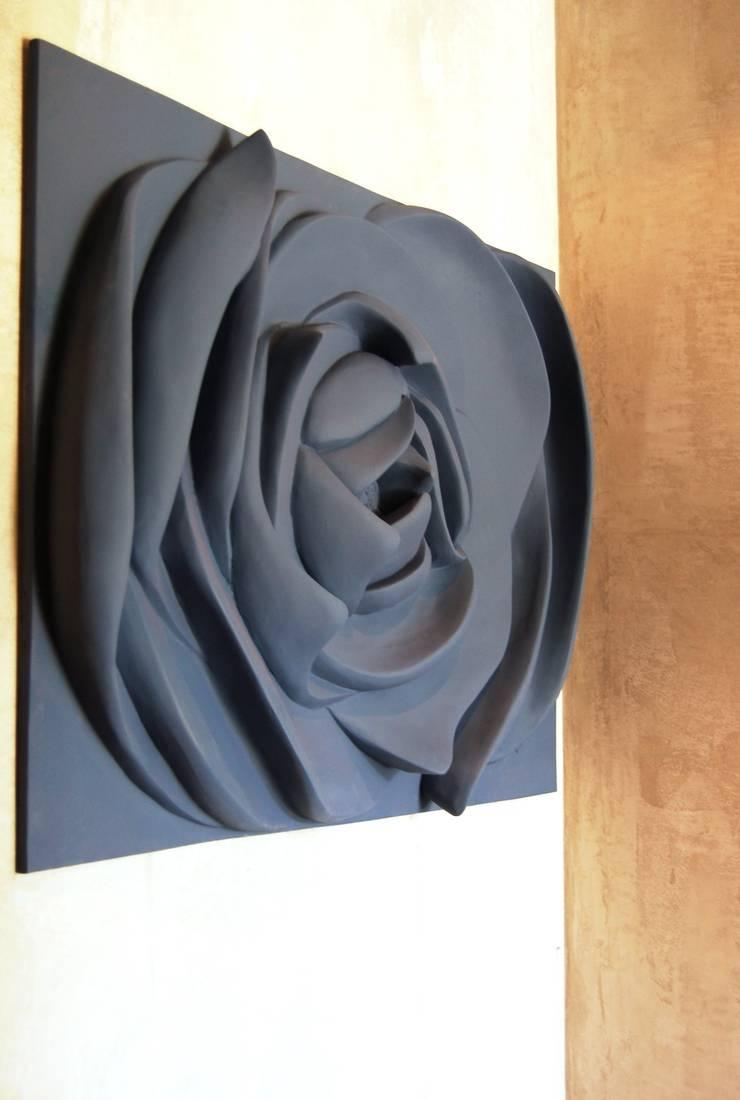 Painel flor Azul seco: Corredores e halls de entrada  por Iva Viana Atelier de Escultura