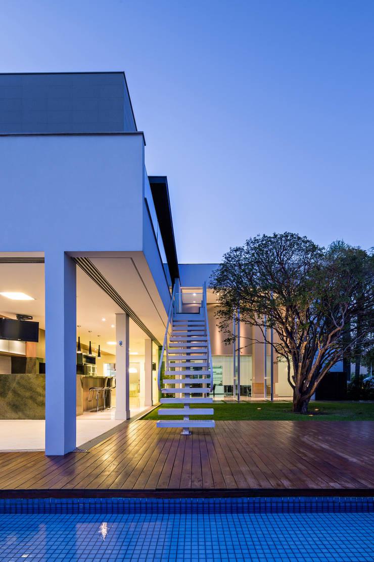 Casa Jabuticaba: Corredores e halls de entrada  por Raffo Arquitetura