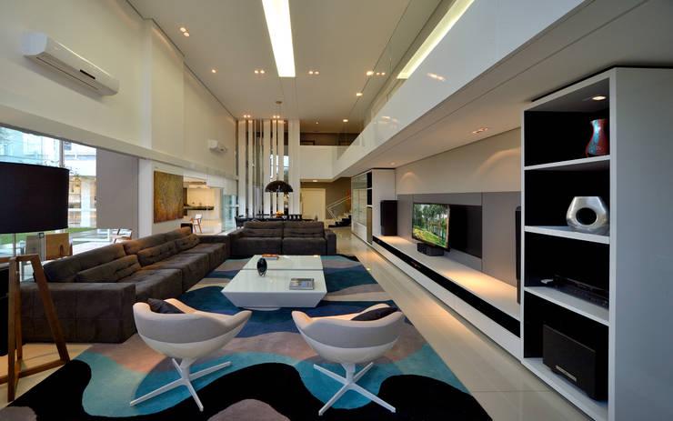 Casa Jabuticaba: Salas de estar  por Raffo Arquitetura