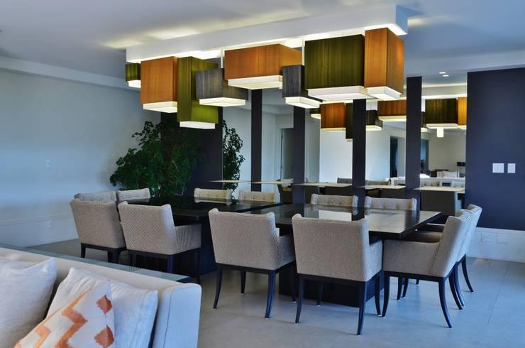 APARTAMENTO NA CIDADE: Sala de jantar  por Kika Prata Arquitetura e Interiores.,