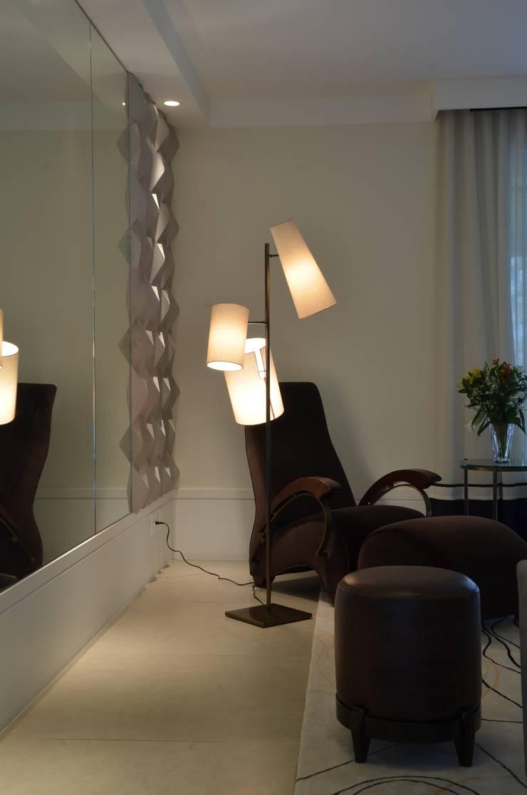 APARTAMENTO NA CIDADE: Sala de estar  por Kika Prata Arquitetura e Interiores.,