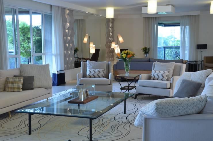 APARTAMENTO NA CIDADE: Salas de estar  por Kika Prata Arquitetura e Interiores.,