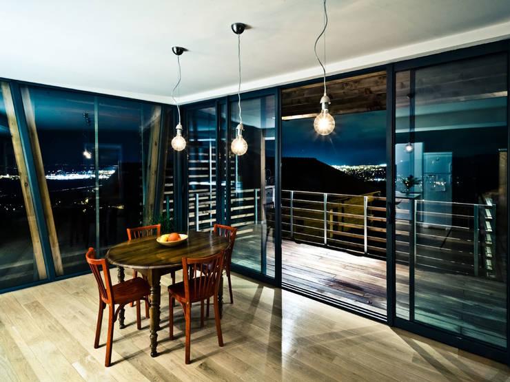 La Maison Mikado: Salle à manger de style  par Hervé DELOUIS Architecte DPLG