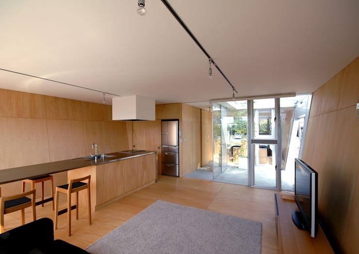 ボートハウスのリビング: 土居建築工房が手掛けたリビングです。
