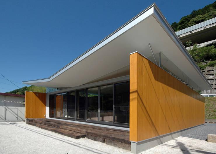 今にも空に羽ばたきそうな屋根: 土居建築工房が手掛けた家です。