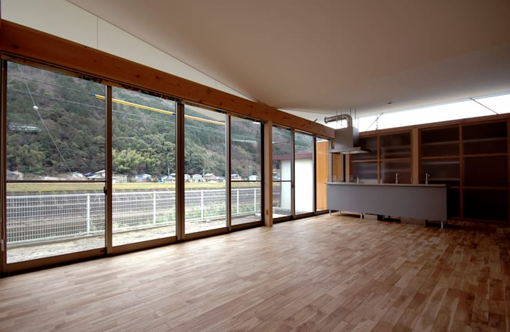 川、山、空が眺めれるLDK: 土居建築工房が手掛けたダイニングです。