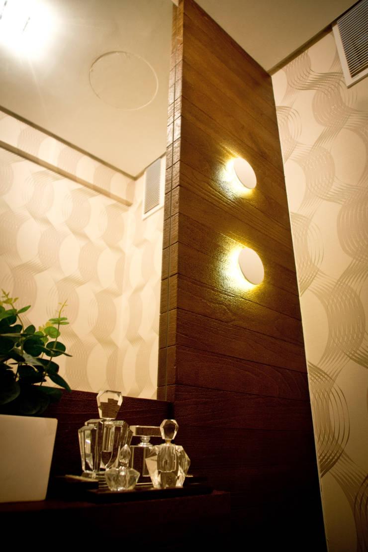 Lavabo com iluminção decorativa: Banheiros  por INOVA Arquitetura,