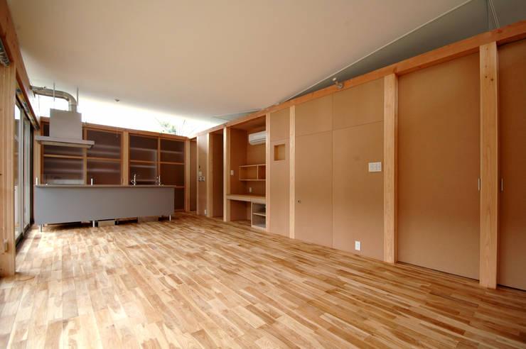MDFボードで仕上げられた内部: 土居建築工房が手掛けたキッチンです。