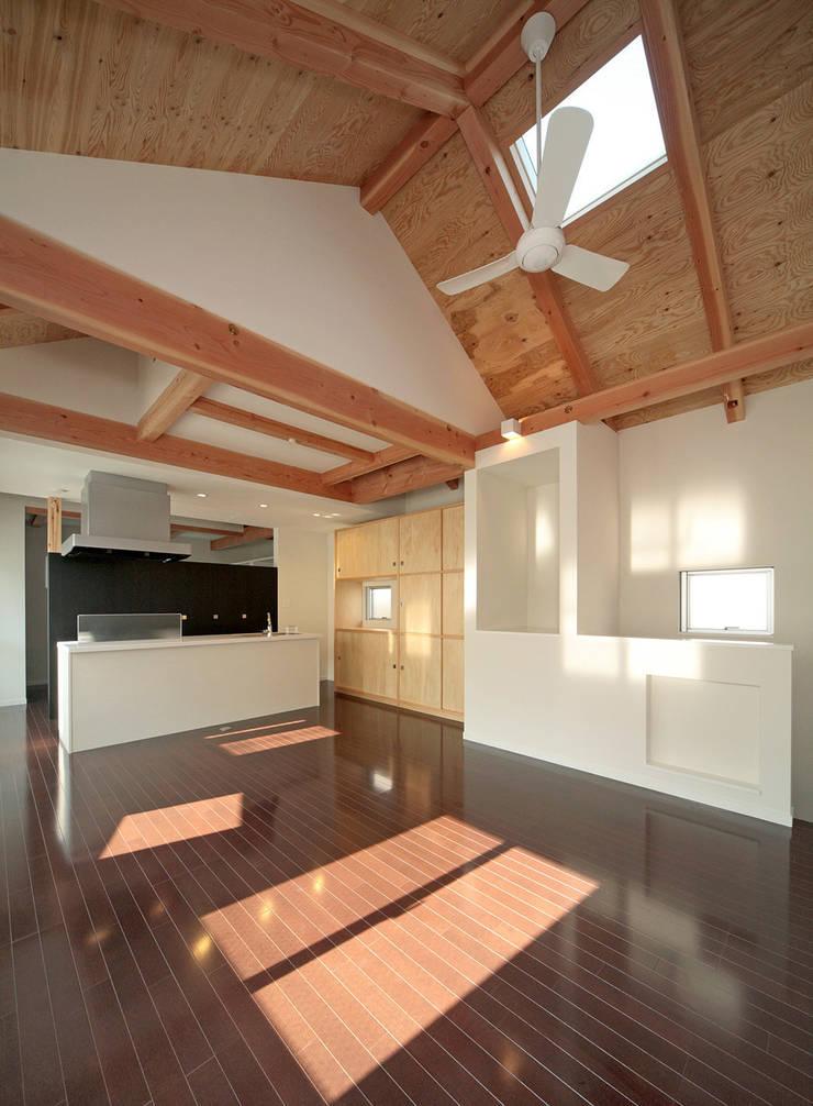 居間の吹き抜け: 田崎設計室が手掛けたリビングです。