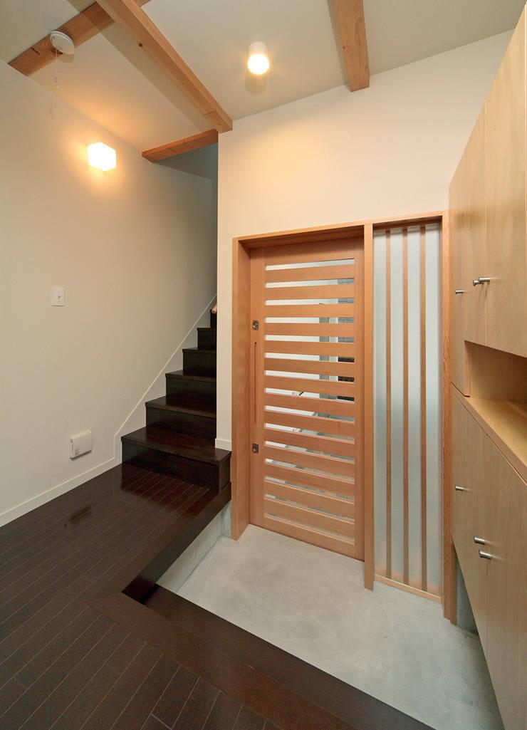 玄関: 田崎設計室が手掛けた窓です。