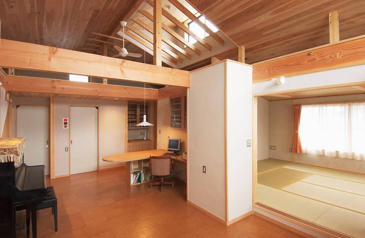 2階住宅部分のリビング、ダイニングから寝室を見る。: 氏原求建築設計工房が手掛けたリビングです。,