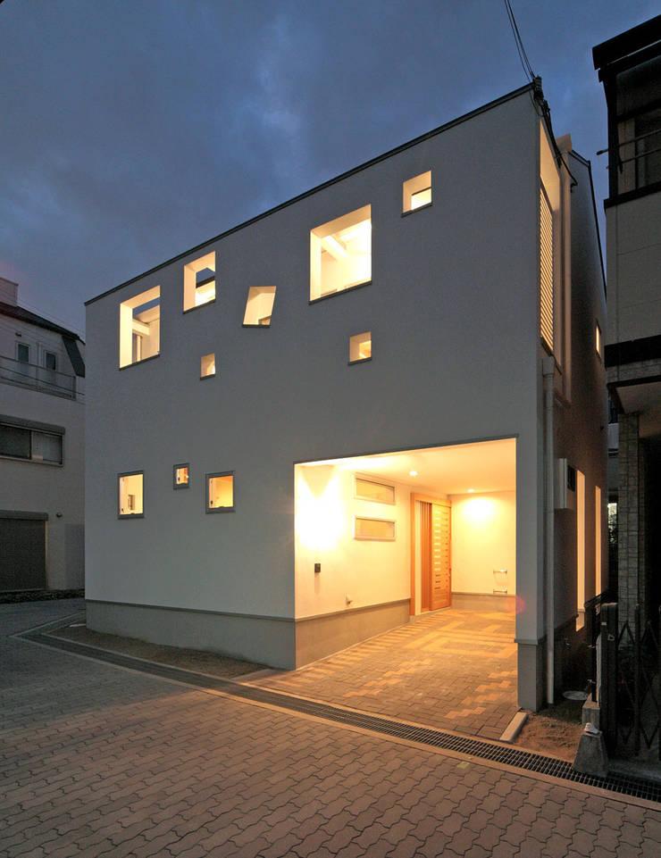 ビルトインガレージの夜景: 田崎設計室が手掛けた家です。