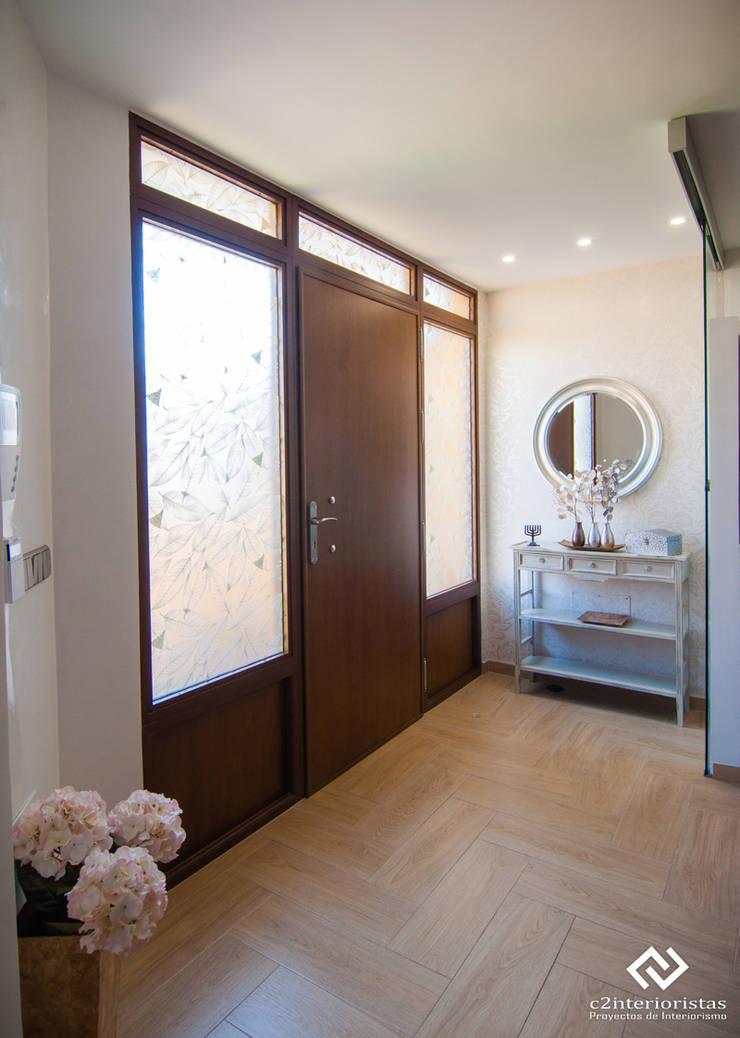 Diseño vivienda en Benalmádena: Pasillos y vestíbulos de estilo  de C2INTERIORISTAS