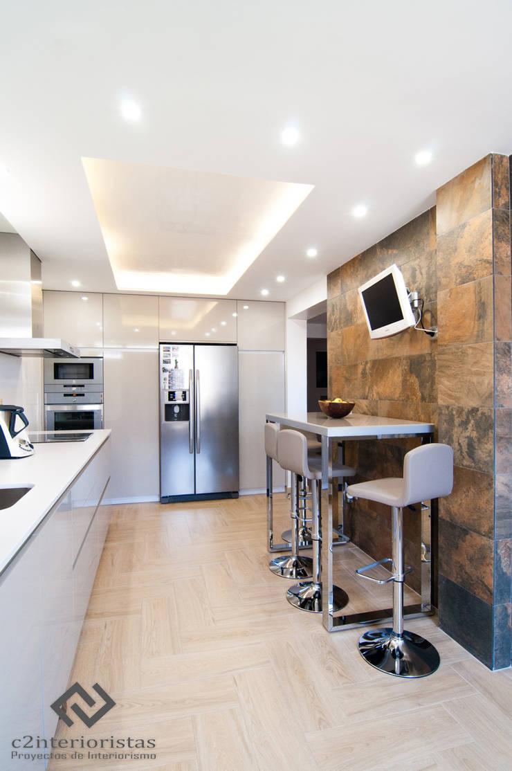Diseño vivienda en Benalmádena: Cocinas de estilo  de C2INTERIORISTAS