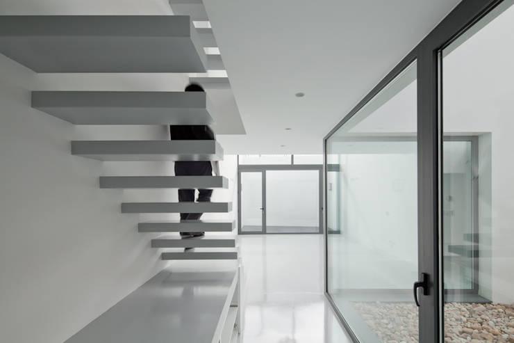 Escaleras: Pasillos y vestíbulos de estilo  de OKULTUS