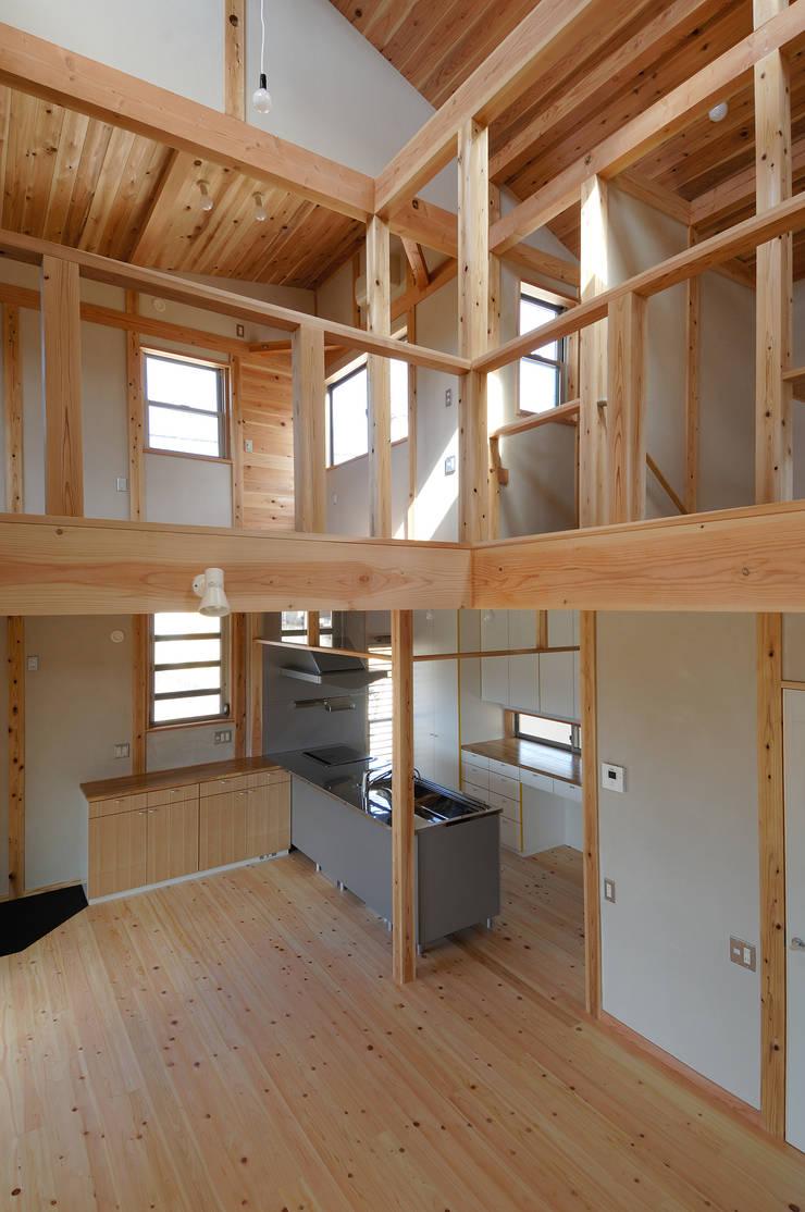 吹き抜けよりキッチンを見る。: 氏原求建築設計工房が手掛けた和室です。