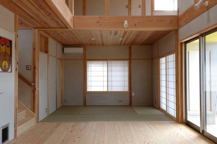 リビングより第二リビングのタタミ部屋を見る。: 氏原求建築設計工房が手掛けたリビングです。