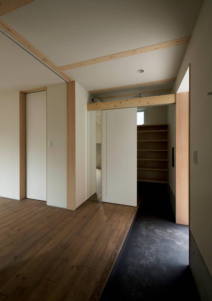 マドの家: 充総合計画 一級建築士事務所が手掛けた廊下 & 玄関です。,