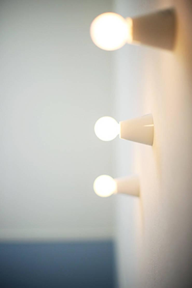シンプルな照明: パパママハウス株式会社が手掛けた廊下 & 玄関です。